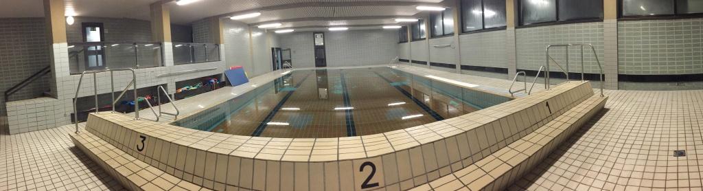 Panoramabild vom Schwimmbad der Rheinschule
